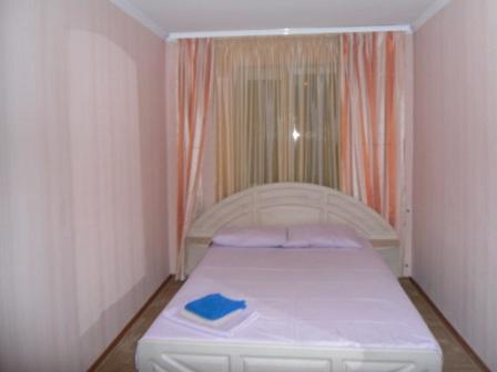 2-комнатная квартира посуточно в Симферополе. Железнодорожный район, ул. Гоголя, 74. Фото 1