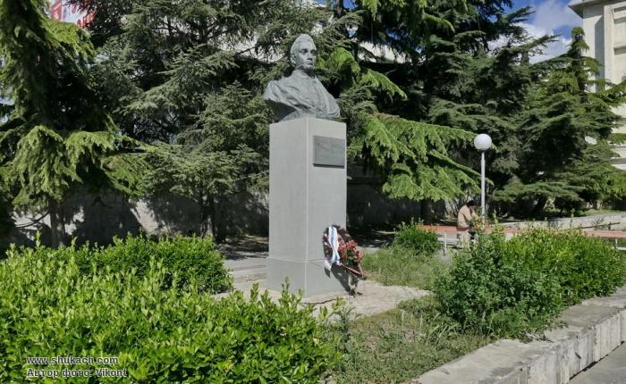 Памятник_Грибоедову.jpg