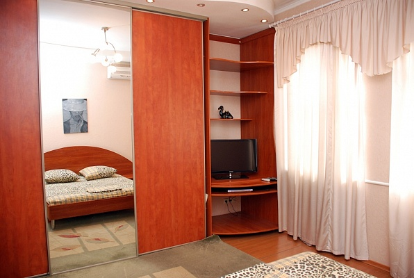 2-комнатная квартира посуточно в Донецке. Ворошиловский район, ул. Постышева, 118. Фото 1