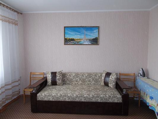 2-комнатная квартира посуточно в Ильичёвске. ул. Ленина, 30. Фото 1