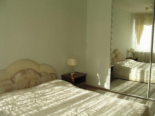 2-комнатная квартира посуточно в Днепропетровске. Бабушкинский район, ул. Набережная Ленина, 27. Фото 1
