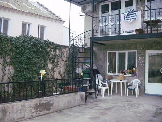 2-комнатная квартира посуточно в Евпатории. ул. Петриченко. Фото 1