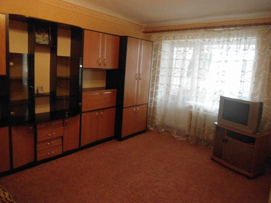 1-комнатная квартира посуточно в Кировограде. Кировский район, ул. Поповича , 7-в. Фото 1