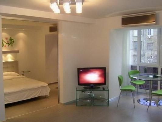 2-комнатная квартира посуточно в Киеве. Печерский район, ул. Красноармейская, 45. Фото 1