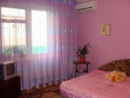 2-комнатная квартира посуточно в Щёлкино. ул. Щелкина, 97. Фото 1