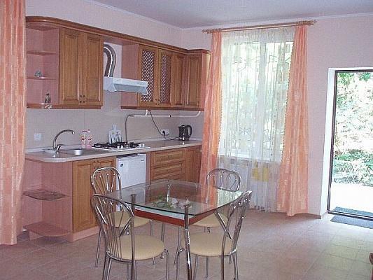 2-комнатная квартира посуточно в Ялте. Дмитриева, 9. Фото 1
