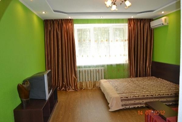 1-комнатная квартира посуточно в Донецке. Ворошиловский район, пр-т Комсомольский, 39. Фото 1