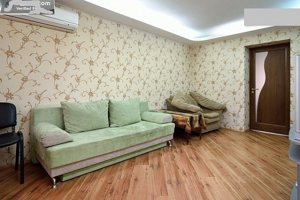 2-комнатная квартира посуточно в Донецке. Киевский район, пр-т. Россини, 8. Фото 1