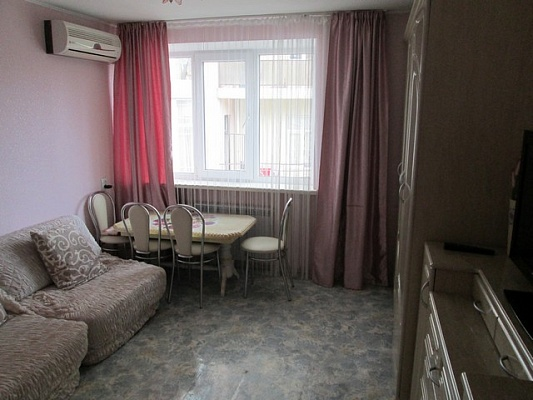 2-комнатная квартира посуточно в Алуште. ленина, 28. Фото 1