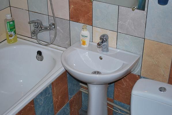 2-комнатная квартира посуточно в Кривом Роге. Дзержинский район, ул. Якира, 7. Фото 1