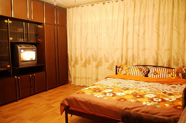 1-комнатная квартира посуточно в Донецке. Ворошиловский район, пр-т Комсомольский, 28. Фото 1