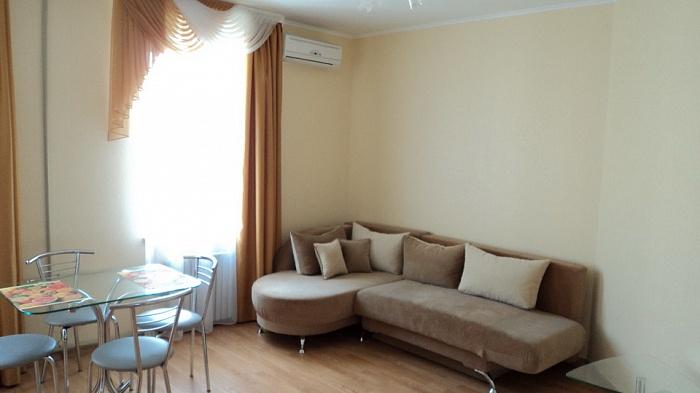 2-комнатная квартира посуточно в Севастополе. Ленинский район, ул. Б.Морская, 10. Фото 1
