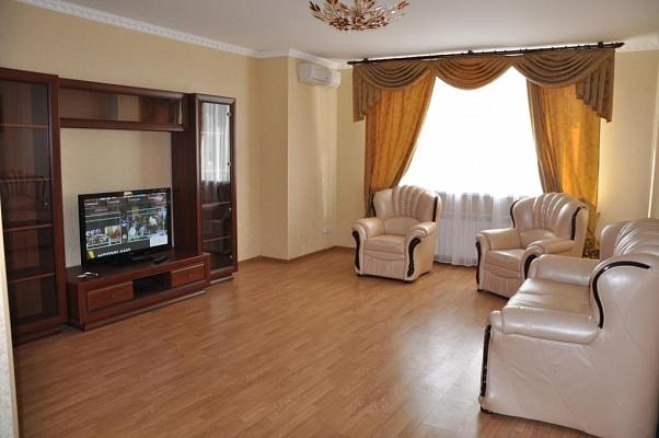 4-комнатная квартира посуточно в Киеве. Дарницкий район, ул. Срибнокильская, 1. Фото 1