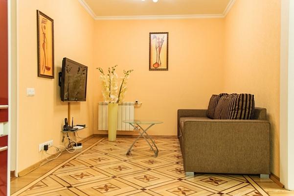 2-комнатная квартира посуточно в Киеве. Печерский район, ул. Лабораторная, 15. Фото 1