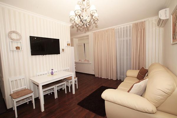 2-комнатная квартира посуточно в Днепропетровске. Бабушкинский район, ул. В.Мономаха (Московская), 8. Фото 1