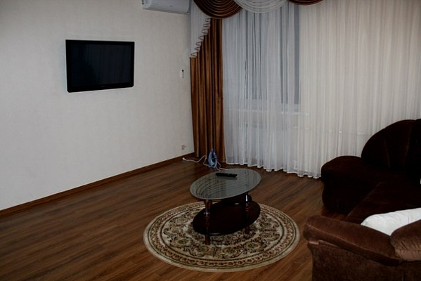 2-комнатная квартира посуточно в Днепропетровске. Кировский район, ул. Савченко, 6-Б. Фото 1
