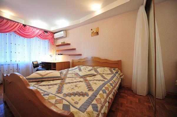 2-комнатная квартира посуточно в Киеве. Печерский район, ул. Красноармейская, 102. Фото 1