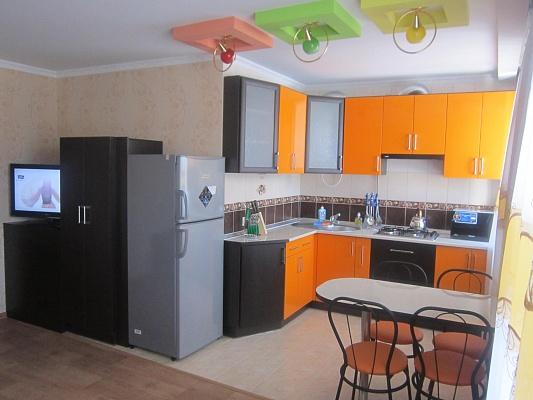2-комнатная квартира посуточно в Чернигове. Деснянский район, пр-т Мира, 35. Фото 1
