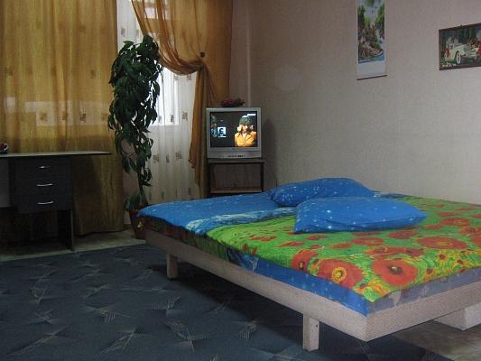 1-комнатная квартира посуточно в Днепропетровске. Кировский район, пр-т Кирова, 102б. Фото 1