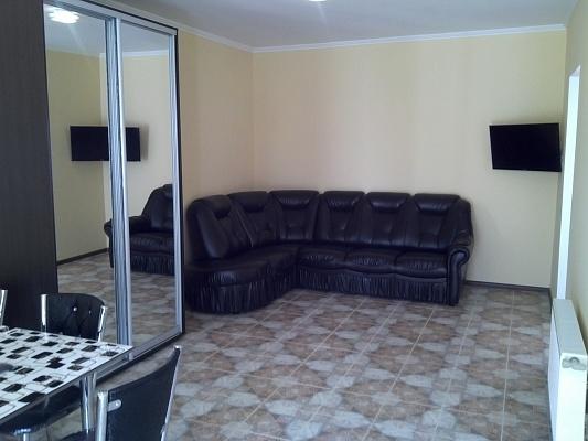 3-комнатная квартира посуточно в Симферополе. Центральный район, ул. Севастопольская, 47. Фото 1