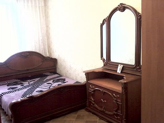 2-комнатная квартира посуточно в Симферополе. Центральный район, ул. Кирова, 44. Фото 1