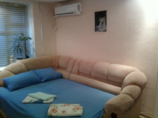 1-комнатная квартира посуточно в Симферополе. Железнодорожный район, ул. Киевская, 98а. Фото 1