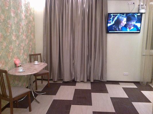 1-комнатная квартира посуточно в Днепропетровске. Кировский район, ул. Комсомольская, 52-А. Фото 1