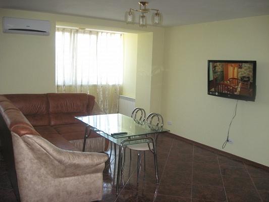 3-комнатная квартира посуточно в Евпатории. ул. Интернациональная , 47. Фото 1