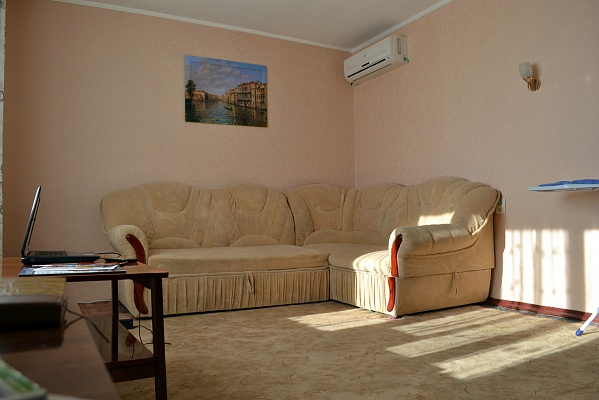 1-комнатная квартира посуточно в Симферополе. Киевский район, ул. Куйбышева, 62. Фото 1