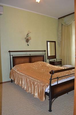 2-комнатная квартира посуточно в Севастополе. Ленинский район, ул. Советская, 8. Фото 1