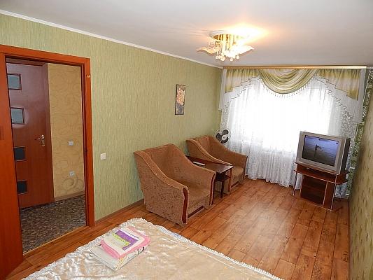1-комнатная квартира посуточно в Ровно. ул. Степана Бендеры, 49. Фото 1