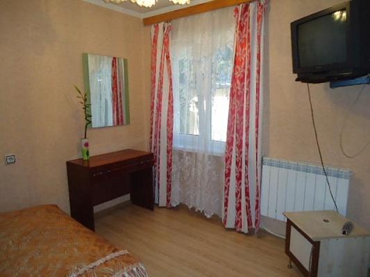 2-комнатная квартира посуточно в Ялте. ул. Чехова, 21. Фото 1