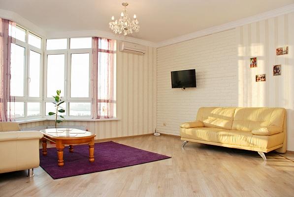 2-комнатная квартира посуточно в Киеве. Дарницкий район, пр-т Николая Бажана, 8Б. Фото 1
