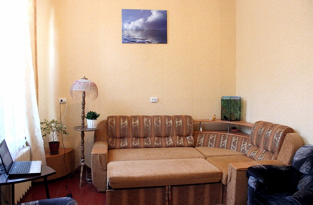 2-комнатная квартира посуточно в Бердянске. ул. Красная, 18. Фото 1