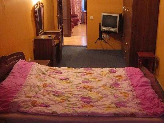 2-комнатная квартира посуточно в Прилуках. ул. Вокзальная, 40. Фото 1