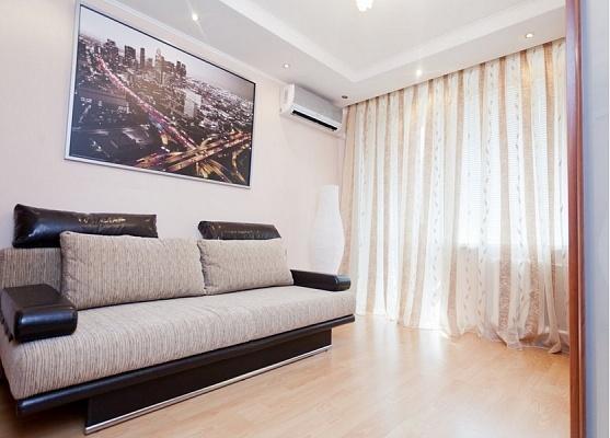 2-комнатная квартира посуточно в Харькове. Киевский район, ул. Петровского, 33-А. Фото 1