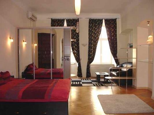 1-комнатная квартира посуточно в Львове. Галицкий район, пл. Рынок, 18. Фото 1