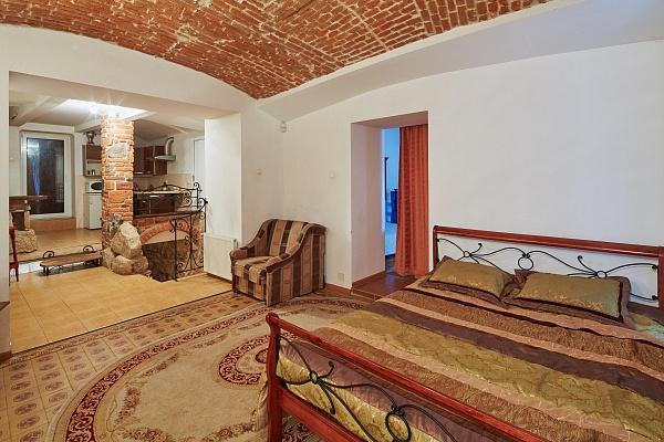 2-комнатная квартира посуточно в Львове. Галицкий район, пл. Рынок, 43. Фото 1