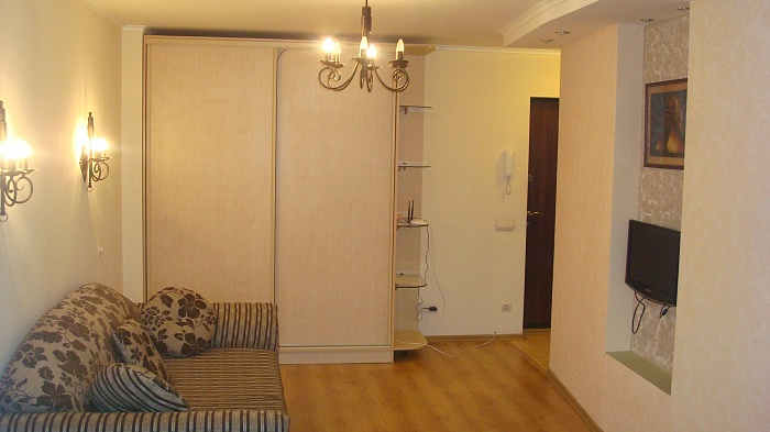 1-комнатная квартира посуточно в Днепропетровске. Бабушкинский район, ул. Комсомольская, 5. Фото 1