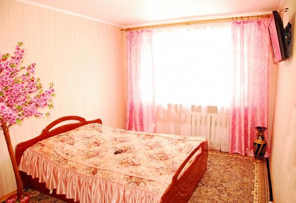 2-комнатная квартира посуточно в Днепропетровске. Октябрьский район, пр-т Гагарина, 72. Фото 1