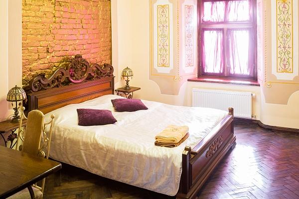 2-комнатная квартира посуточно в Львове. Галицкий район, пл. Рынок, 21. Фото 1