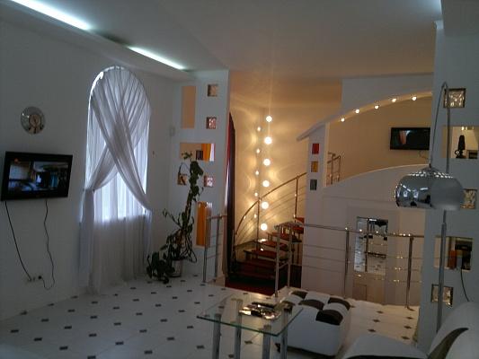 2-комнатная квартира посуточно в Донецке. Ворошиловский район, ул. Артема, 119. Фото 1