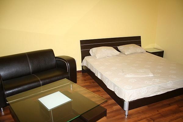 2-комнатная квартира посуточно в Ялте. ул. Володарского, 5-13. Фото 1