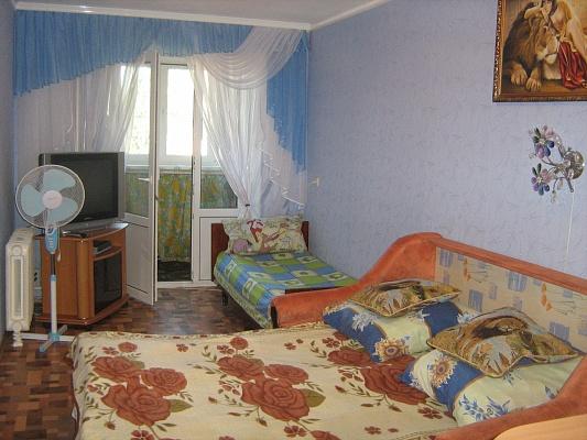 2-комнатная квартира посуточно в Бердянске. ул. Коммунаров, 58. Фото 1
