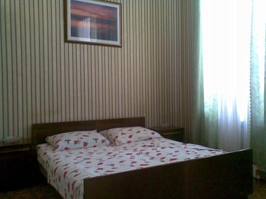 1-комнатная квартира посуточно в Евпатории. ул. Караева, 7. Фото 1