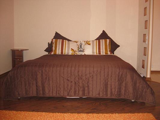 1-комнатная квартира посуточно в Луганске. Ленинский район, пл. Героев ВОВ, 7. Фото 1