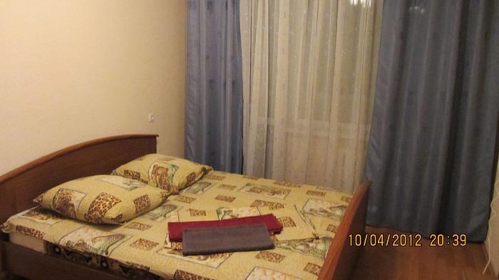 1-комнатная квартира посуточно в Днепропетровске. Амур-Нижнеднепровский район, ул. Малиновского, 12. Фото 1