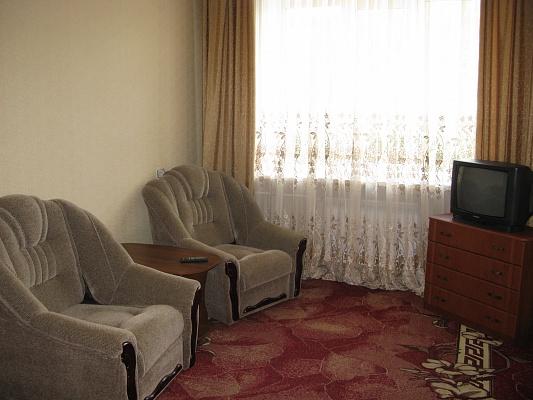 2-комнатная квартира посуточно в Симферополе. Центральный район, ул. Севастопольская, 24/1. Фото 1