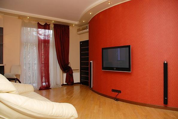 3-комнатная квартира посуточно в Киеве. Печерский район, ул. Раевского, 34. Фото 1