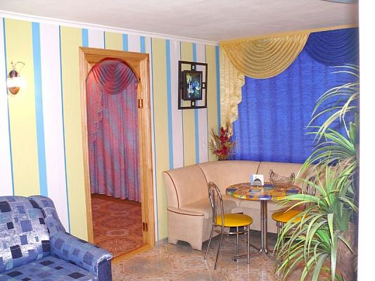 2-комнатная квартира посуточно в Херсоне. Днепровский район, ул. Молодежная, 4. Фото 1